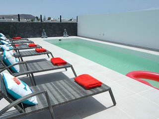 Playa Blanca Villa Sleeps 6 with Pool and Air Con - 5825275