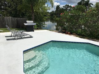 Peaceful waterfront pool home, 10 mins from Siesta Key Beach!