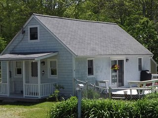 BAY STREET COTTAGE IN BOOTHBAY HARBOR | PET FRIENDLY | WALK TO TOWN | QUIET RETR