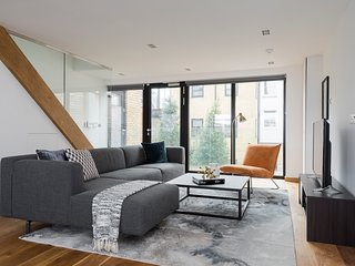 Bi-Level 2BR in King's Cross by Sonder