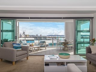 2BR Penthouse Oceanfront Apt in CBD Auckland w/ Incredible Views, Unlimited WiFi