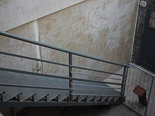 Tramo de escaleras que es necesario subir para ingresar.