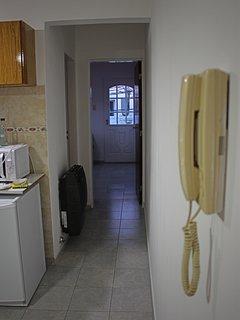 Pasillo que conduce al baño y al dormitorio.