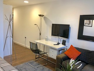 Centrally located Tower Hill/Aldgate East Stusios