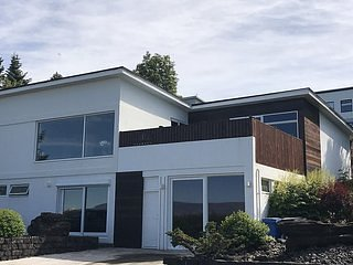SJF Villa w/ Hot Tub and amazing view—15 min from downtown REYKJAVIK, ICELAND