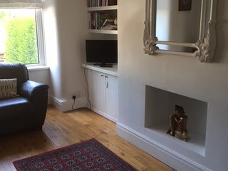 Cosy cottage with woodburner convenient for Christmas shopping and restaurants.