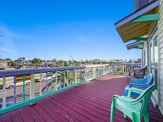 NEW LISTING! Gulf view home w/pool & deck-dogs OK, near the beach/Pleasure Pier
