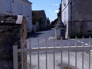 Vue sur puits communal depuis l'entrée des chambres hôtes