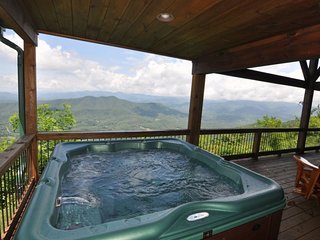 A Bear's Retreat - Mountain Top Cabin with Incredible View and Hot Tub - 20 Minu