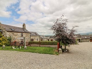 THE COACH HOUSE, open-plan, en-suite bedroom, near Shillelagh