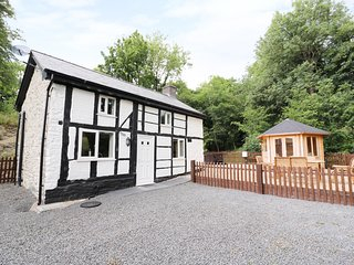 LITTLE MILL, hot tub, summerhouse, countryside views, near Llanfair Caereinion