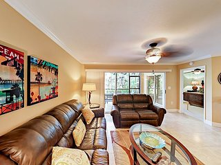 Delightful 2BR Jupiter Condo w/ Big Screened Porch, Pool & Hot Tub