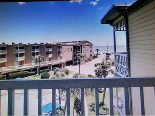 Renovated 3rd floor Victorian Condo with Balcony, Beach View & Pool View, Covere