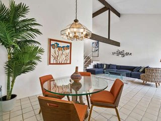 Mid Century getaway! 1/2 Block from El Paseo shops and restaurants!  Sparkling P