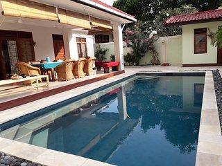Villa Lotus Senggigi , 3 bedroom , Large Pool , 3 min walk beach, Close to all.