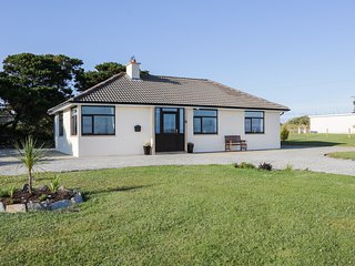 CARNE-ELLY COTTAGE, dog friendly, Belmullet