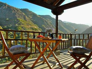 Encantadora casa canaria con jacuzzi exterior y vistas a la montaña, WiFi.