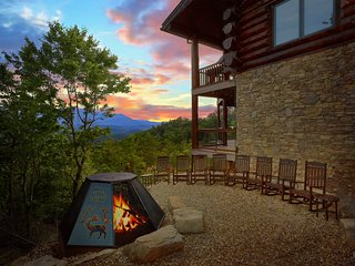 Aug 10-30 Open! 'Great Alpine' 6 BR Log Cabin, FirePit, Slps 26, Mtn View, Pools