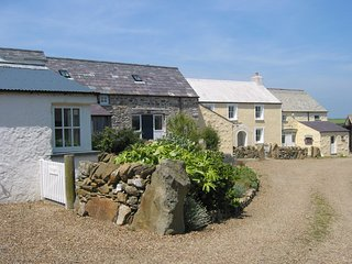 Ty Canol Holiday Cottage - 500 yards to the sea