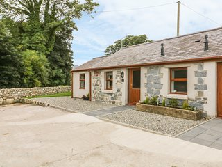 Y FELIN COTTAGE, exposed beams, near Snowdonia, beach close by