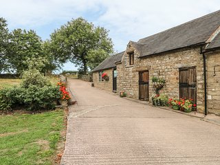 MARTINSLOW FARM, en-suite, countryside views, Peak District National Park, Ref