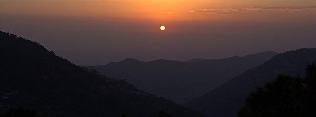 Vistas de la puesta de sol sobre las montañas Shivalik hacia el oeste desde esta Casa para vacaciones en Kasauli
