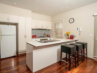 VILLA MONARMA - MELBOURNE Modern & Spacious, 4 Bdrms, Close to CBD