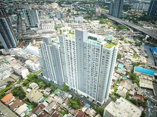 NEW! FANTASTIC VIEW! PRAKHANONG MRT, HIGHRISE, SLEEPS 4, GREAT AMENITIES
