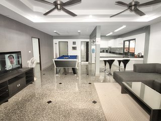 Top-Notch 4 bedroom Jacuzzi Villa close to Walking Street