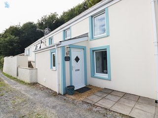 ELM COTTAGE, conservatory, sea views, in Pendine