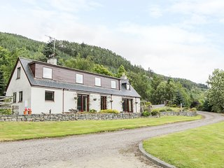 CARNOCH FARM COTTAGE, views of countryside and River Glass, dog-friendly, WiFi,