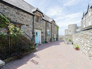 CASTLE LODGE, semi-detached, woodburning stove, in Harlech, Ref 985185