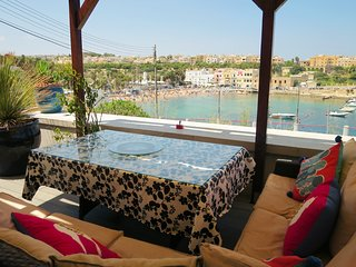 ; St Julian's Stunning Modern de lux Apartment sleeps 6 Guests free wi-fi