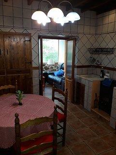 cocina y puerta de acceso a sala de estar acristalada