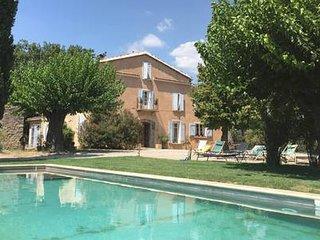 Grand Mas provençal pour 18 à 20 personnes au coeur d'un vignoble avec piscine