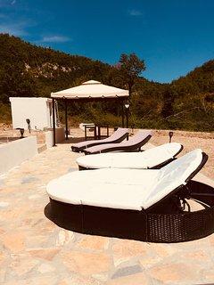 Zonne-terras bij zwembad