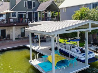 NEW LISTING! Lakefront house w/ lake views, dock, boat lift & kayaks - dogs OK!