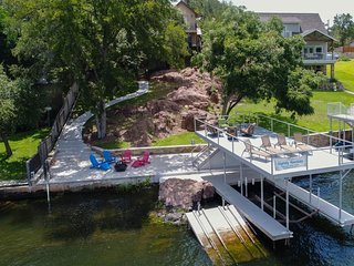 NEW LISTING! Home on the lake, 4 kayaks, water mat, dock & lift, dogs!