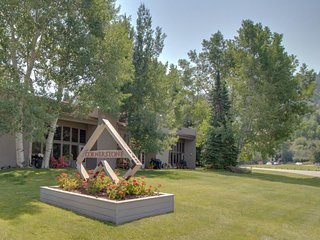 Stunning modern condo on golf course w/ mountain views - close to Vail