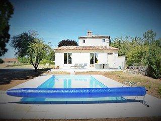 Fleur au Soleil Gite with swimming pool