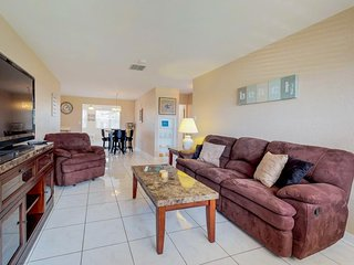 Cozy bungalow within walking distance to no-drive beach!