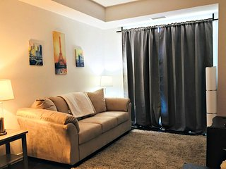 Executive 1BR + Den Suite in St. Claire