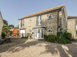 STABLE COTTAGE, open-plan, ideal for exploring, near Braintree