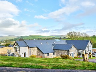 TYNRHYD BARN, hot tub, countryside views, en-suites, Ref 920656