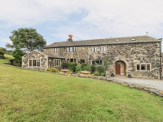 THE LONG VIEW, spacious cottage, hot tub, near Heptonstall