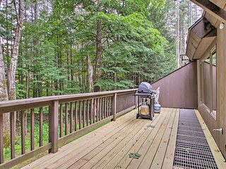 White Mtns Townhome w/ Pvt Deck & Pool Access