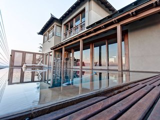 The Japanese Palace - Exquisite home with spectacular views & unique experience