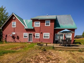 Charming & spacious country home w/ furnished back deck & mountain view