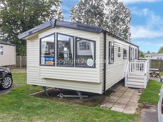 8 berth caravan with decking at Hopton  – close to the facilities. REF 80011T