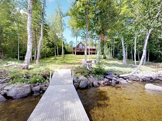 Beautiful lakefront cabin w/dock, jetted tub, firepit, full kitchen